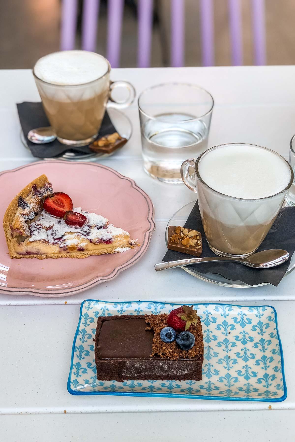 Coffee break at Confetti Dessert Boutique in Imerovigli
